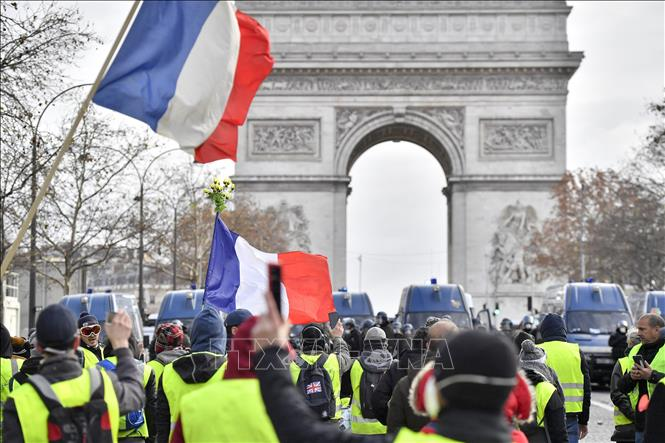 """Hàng nghìn người biểu tình """"Áo vàng"""" xuống đường trên toàn nước Pháp"""