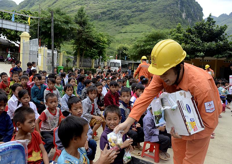 Tuổi trẻ Tập đoàn Điện lực Việt Nam sát cánh cùng thầy và trò vùng cao