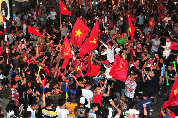 Người hâm mộ tưng bừng mừng đội tuyển Việt Nam vào chung kết AFF Cup