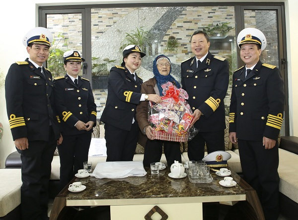Bộ Tư lệnh Hải quân chúc Tết các gia đình chính sách