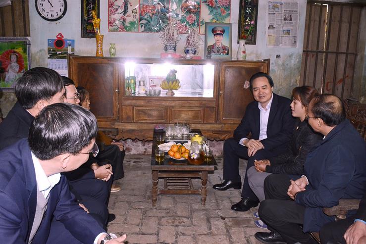 Bộ trưởng Phùng Xuân Nhạ tặng quà giáo viên có hoàn cảnh khó khăn tỉnh Bắc Giang