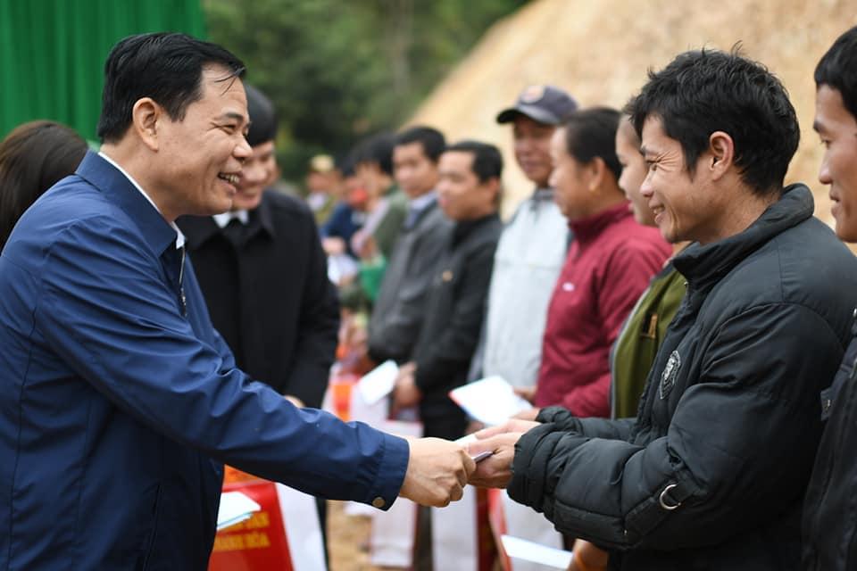 Tặng quà Tết cho các hộ dân chịu ảnh hưởng bởi thiên tai ở huyện Mường Lát (Thanh Hóa)