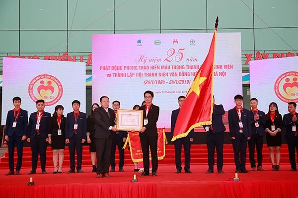 Hội Thanh niên vận động hiến máu Hà Nội đón nhận Huân chương Lao động hạng Ba