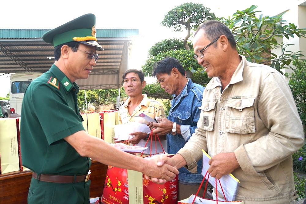 Khánh Hoà: Bộ đội Biên phòng trao 100 suất quà tết cho hộ nghèo bị ảnh hưởng thiên tai