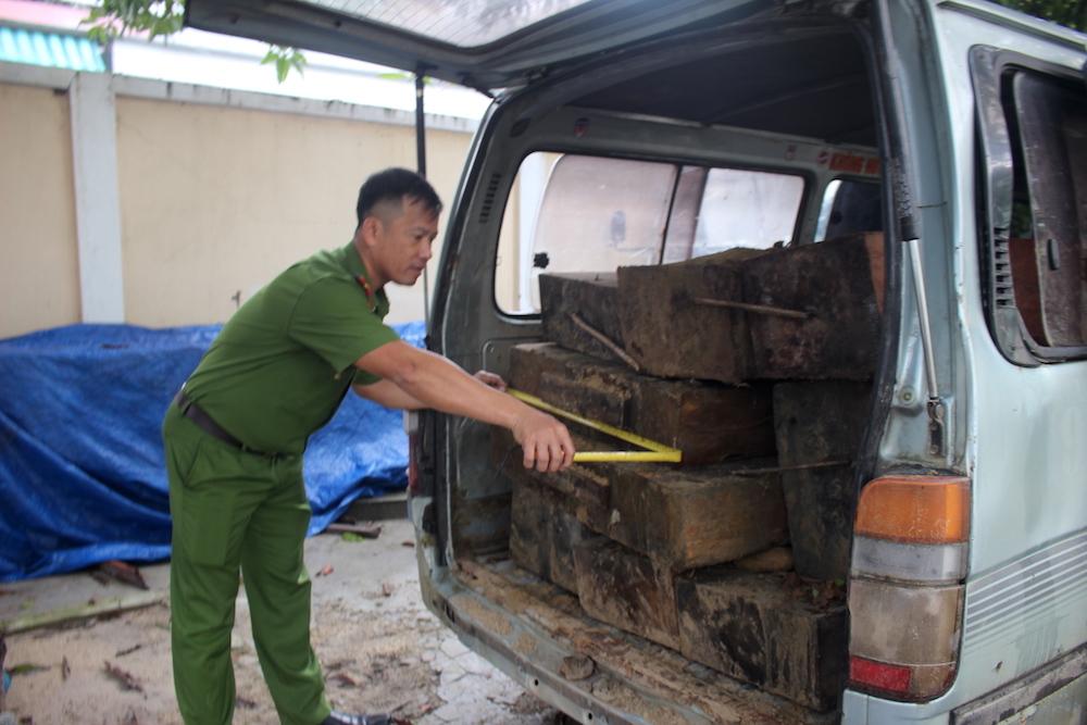 Quảng Nam: Phát hiện xe ô tô chở 10 phách gỗ chò lậu