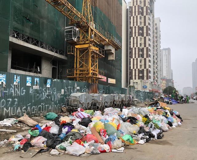 Rác ùn ứ trên nhiều tuyến phố nội thành Hà Nội