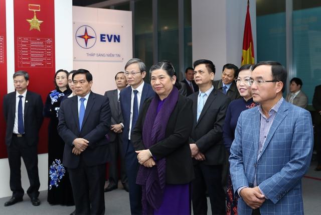 Phó Chủ tịch Thường trực Quốc hội Tòng Thị Phóng thăm Nhà truyền thống ngành Điện