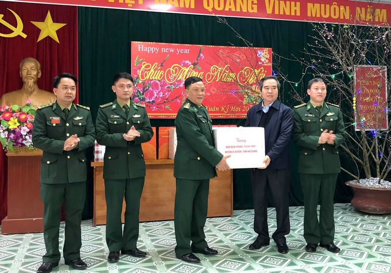 Đồng chí Nguyễn Văn Bình thăm, tặng quà bộ đội và gia đình chính sách tỉnh Hà Giang
