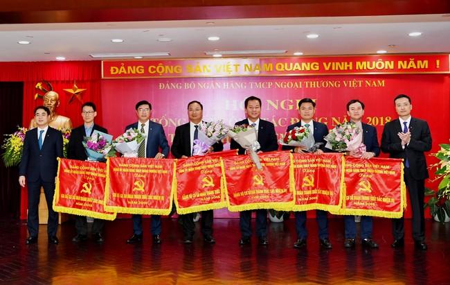 Đảng bộ Vietcombank: Tặng Giấy khen cho 12 tổ chức đảng hoàn thành xuất sắc nhiệm vụ năm 2018