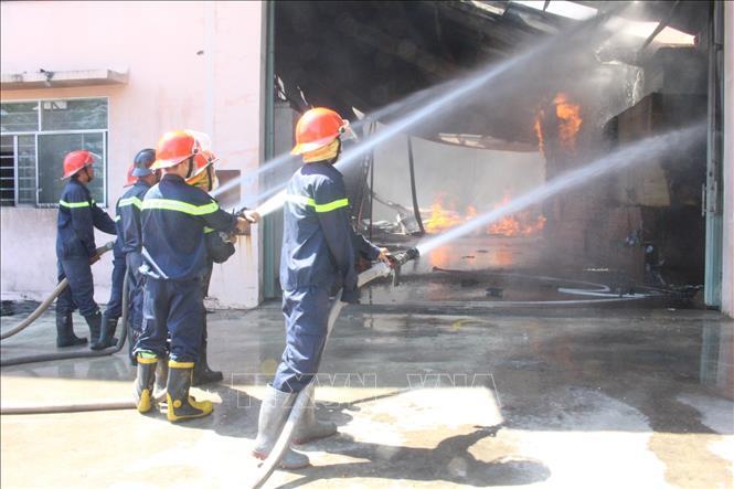Bình Dương: Kịp thời khống chế vụ cháy lớn tại công ty sản xuất gỗ