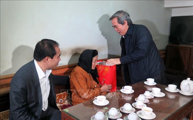 Đồng chí Nguyễn Văn Bình, Trưởng Ban Kinh tế Trung ương thăm và tặng quà gia đình chính sách tại Tuyên Quang