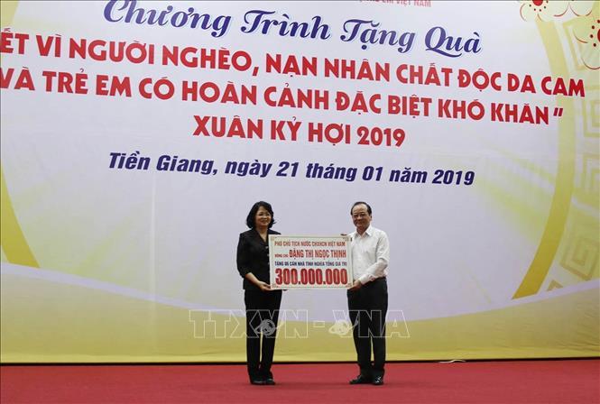 Tặng quà hộ nghèo, nạn nhân chất độc da cam tỉnh Tiền Giang