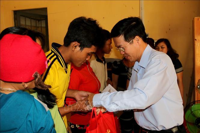 Trưởng ban Tuyên giáo Trung ương Võ Văn Thưởng thăm, tặng quà gia đình chính sách tại Bình Thuận
