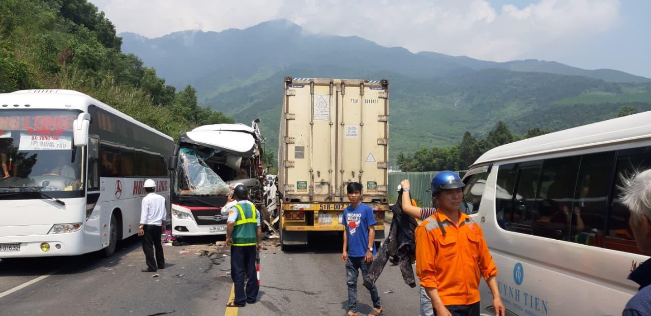 Xe container đấu đầu xe khách, 16 người bị thương
