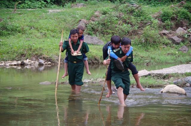 Chung tay giúp sức trẻ em vùng biên giới