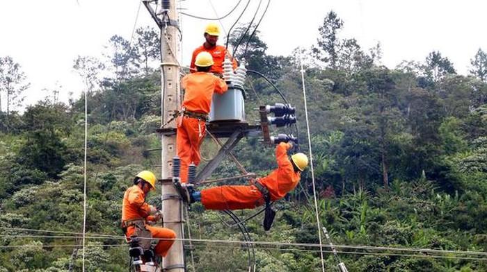 Hàng trăm hộ người Cơ-tu có điện lưới quốc gia vui tết đón xuân