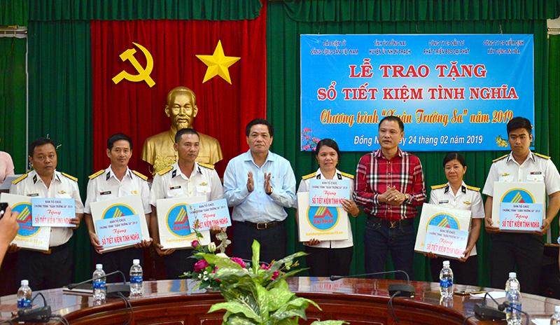 """Trao sổ tiết kiệm Chương trình """"Xuân Trường Sa"""" tại Đồng Nai"""