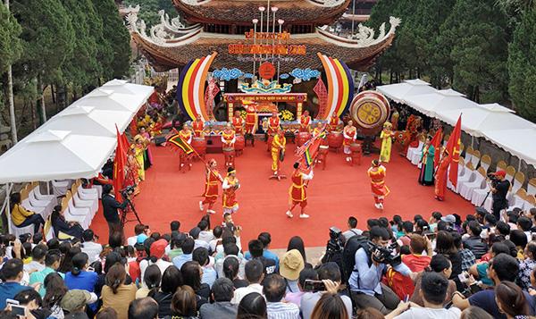 Hơn 50.000 lượt khách đến với Chùa Hương ngày khai hội