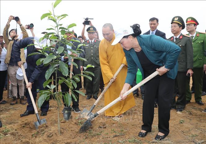 Chủ tịch Quốc hội trồng cây lưu niệm tại Khu Di tích Chủ tịch Hồ Chí Minh tại Phủ Chủ tịch