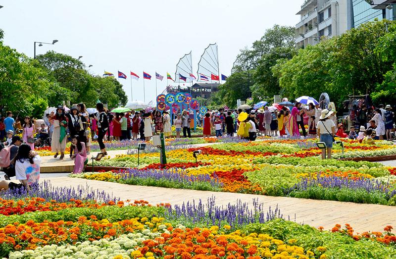 Ngập tràn sắc xuân trên đường hoa Nguyễn Huệ