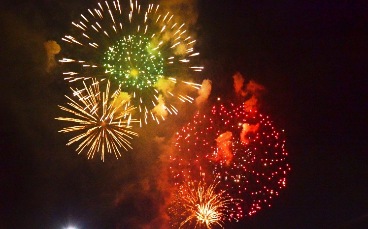 Bầu trời thành phố Hồ Chí Minh rực rỡ pháo hoa chào đón năm mới