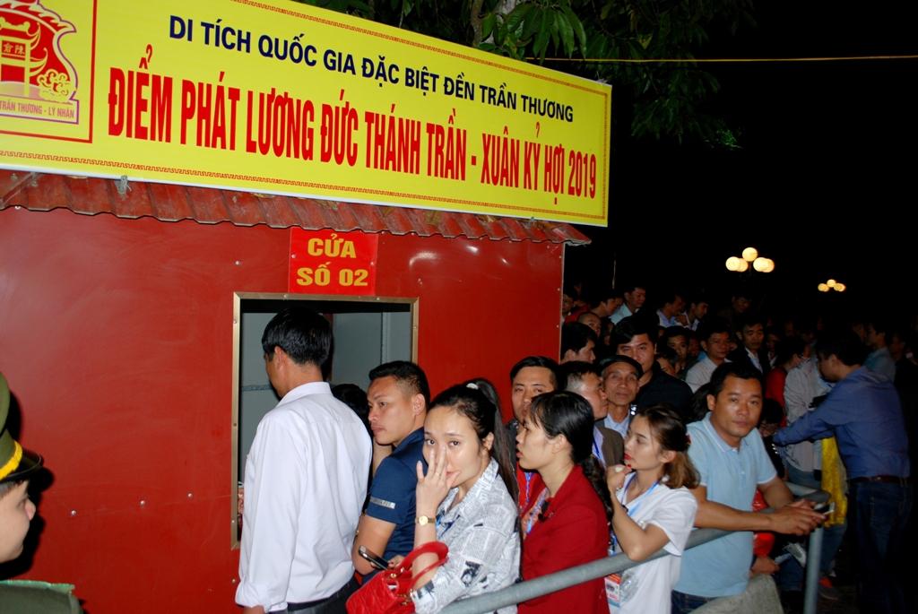 Phát 18 vạn túi lương tại Di tích Quốc gia đặc biệt đền Trần Thương
