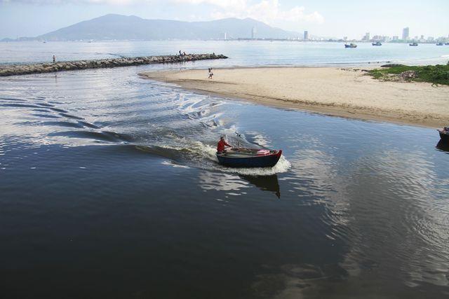 Đà Nẵng: Gần 4 km bờ biển nước đen ngòm, bốc mùi hôi