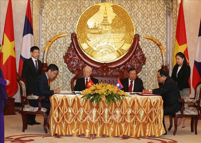 Ký kết 9 văn kiện hợp tác Việt Nam - Lào