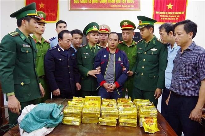 Bắt vụ vận chuyển 294 kg ma túy đá