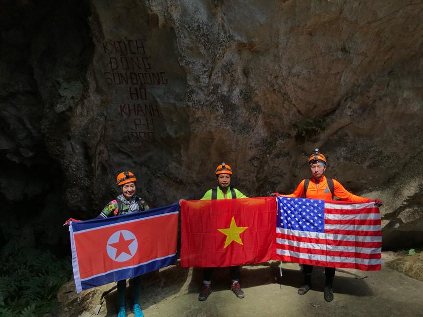 Rực rỡ Quốc kỳ Việt Nam, Mỹ, Triều Tiên tại hang Sơn Đoòng