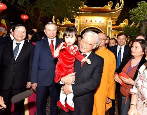 Tổng Bí thư, Chủ tịch nước chúc Tết cán bộ, chiến sĩ và nhân dân Thủ đô trước thời khắc Giao thừa