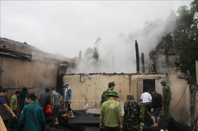 Hỗ trợ 4 gia đình có nhà bị cháy ở Hà Giang