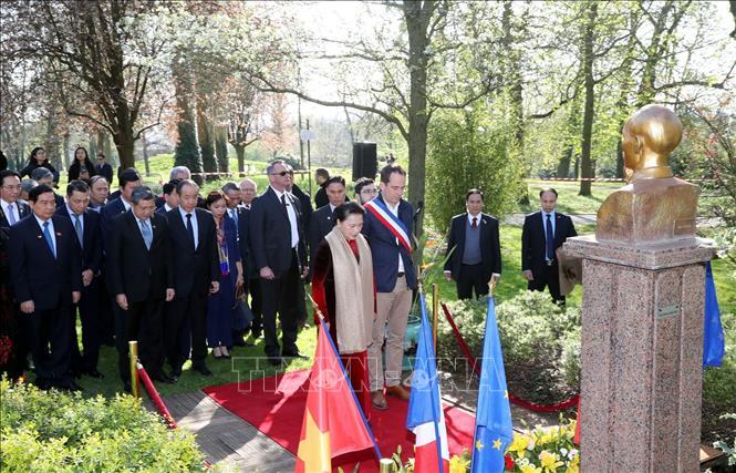 Chủ tịch QH Nguyễn Thị Kim Ngân đặt hoa tại Tượng đài Chủ tịch Hồ Chí Minh ở thành phố Montreuil
