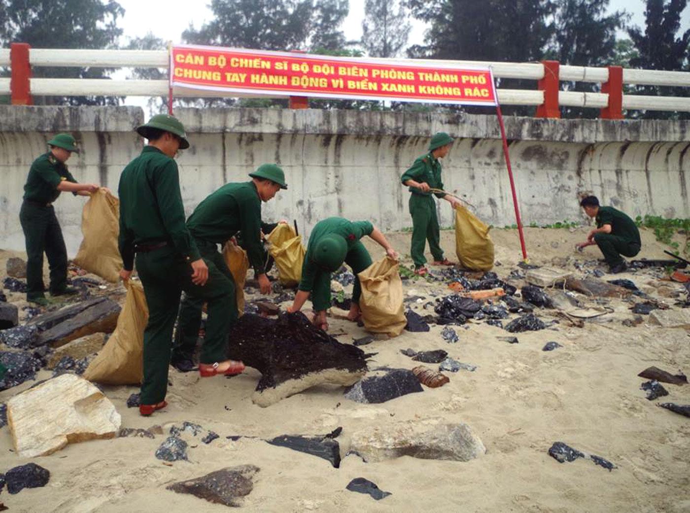 Đoàn Thanh niên Bộ đội biên phòng Đà Nẵng ra quân làm sạch biển