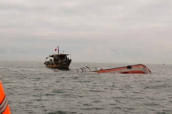 Đưa 7 thuyền viên trên tàu vận tải bị chìm về đảo Lý Sơn an toàn