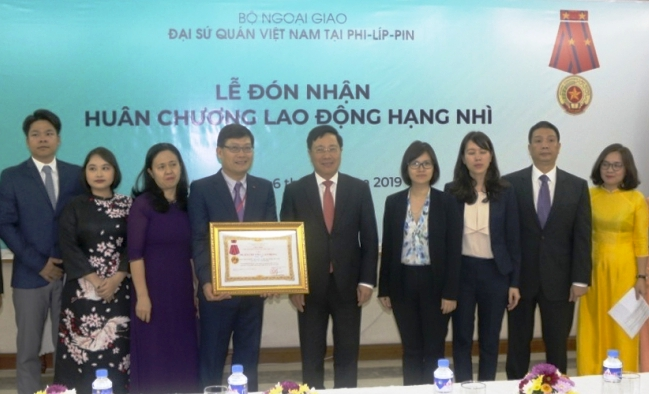 Đại sứ quán Việt Nam tại Philippines đón nhận Huân chương Lao động hạng Nhì