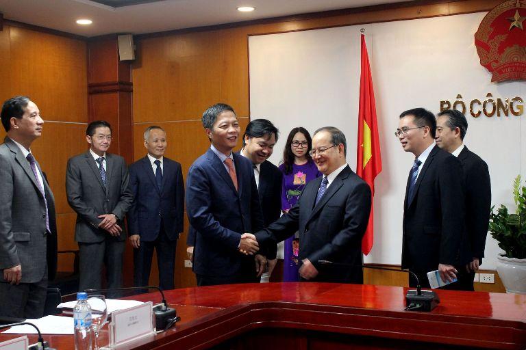 Bộ trưởng Trần Tuấn Anh hội đàm với Bí thư Đảng ủy Khu tự trị dân tộc Choang (Quảng Tây, Trung Quốc)