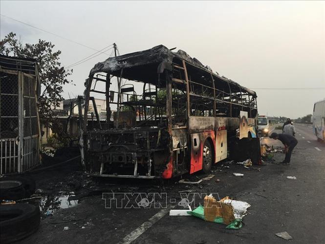 Bình Thuận: Xe khách bị cháy rụi, không thương vong về người