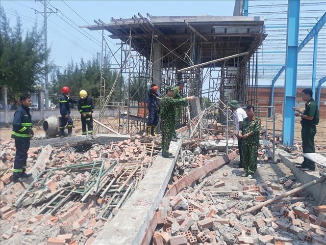 Sập tường công trình ở Vĩnh Long, ít nhất 8 người thương vong