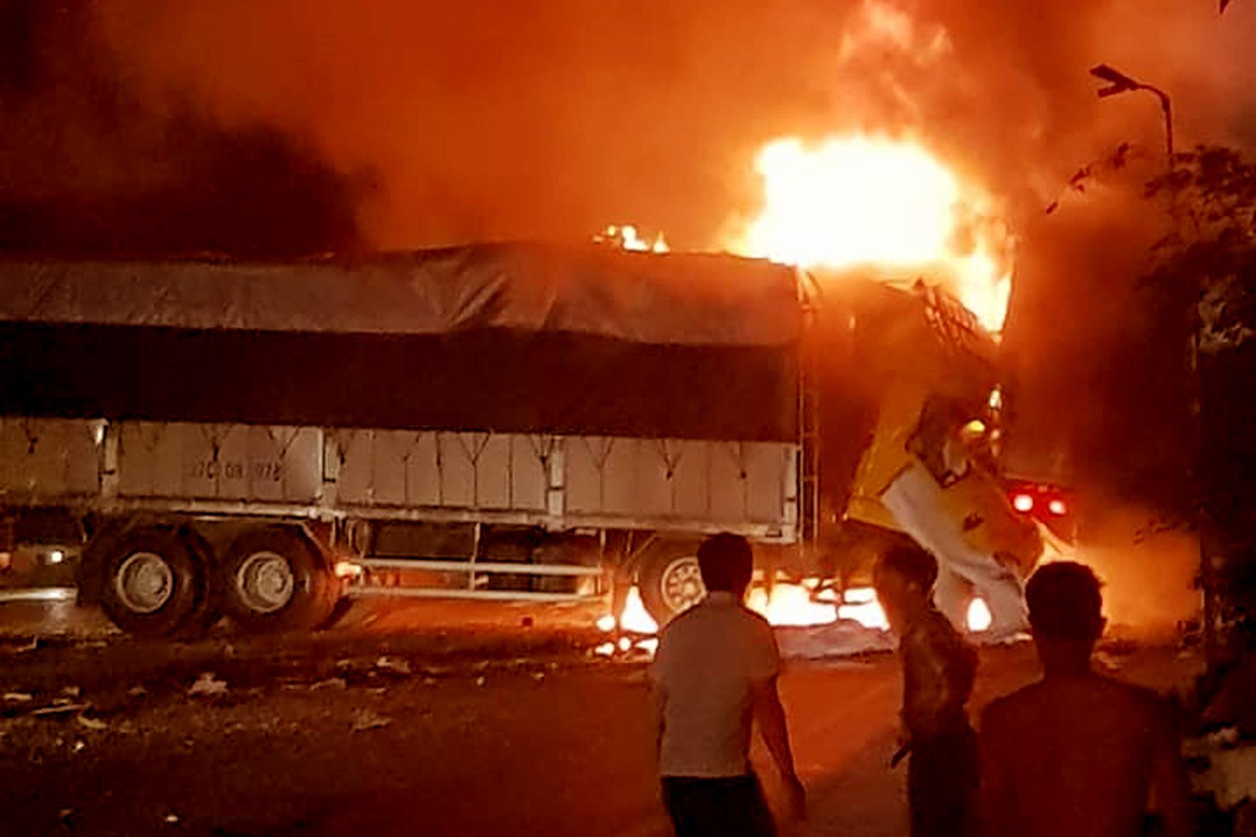 Xe tải cháy khiến 02 người tử vong
