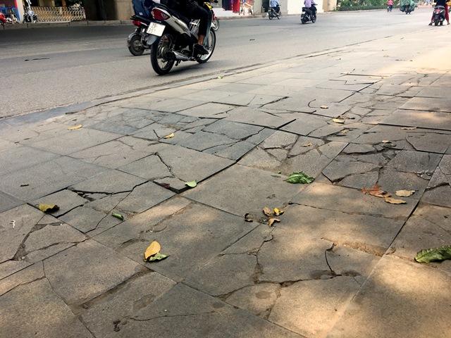 Quận Thanh Xuân (Hà Nội): Vỉa hè lát đá mới làm xong đã hư hỏng