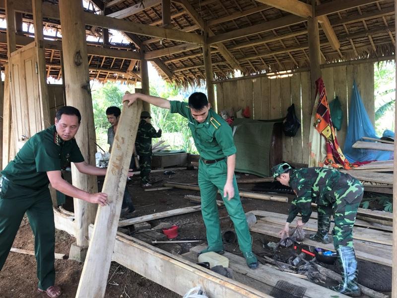 Bộ đội Biên phòng Nghệ An giúp dân khắc phục hậu quả lốc xoáy tại huyện Quế Phong
