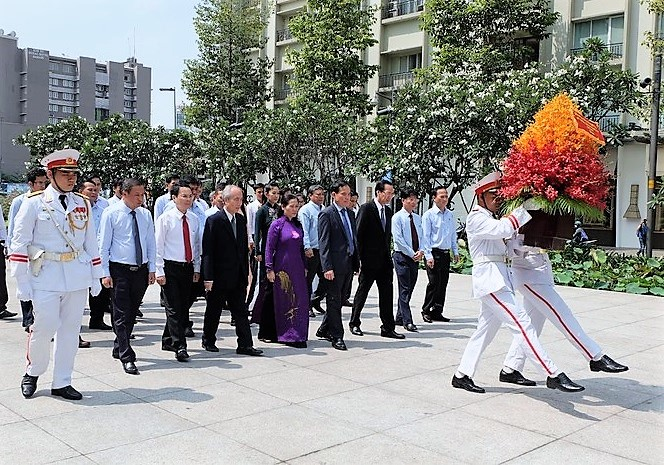 Dâng hương tưởng niệm Chủ tịch Hồ Chí Minh và các anh hùng liệt sĩ