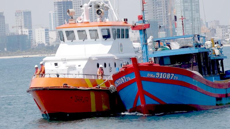 Cứu 7 thuyền viên tàu cá gặp nạn tại khu vực phía Nam vịnh Bắc bộ