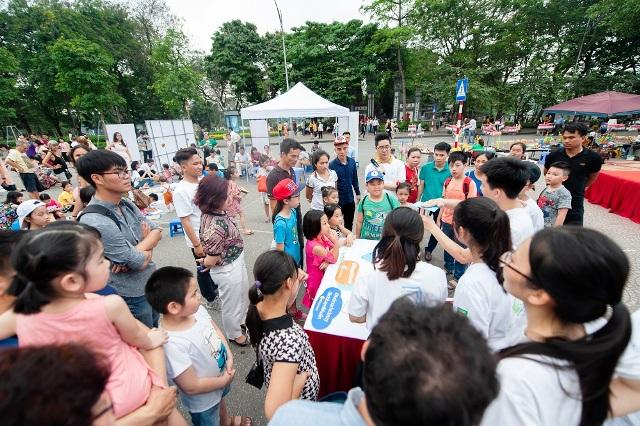 """Đông đảo các em nhỏ háo hức với chương trình """"Đại sứ Nước"""" ở Hồ Hoàn Kiếm, Hà Nội"""