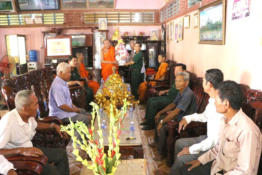 Tặng quà, chúc Tết Chôl Chnăm Thmây của đồng bào Khmer