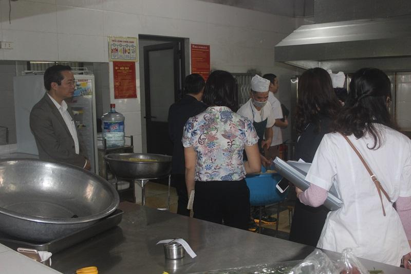Quận Nam Từ Liêm: Kiểm tra đột xuất việc sử dụng thực phẩm trong trường học