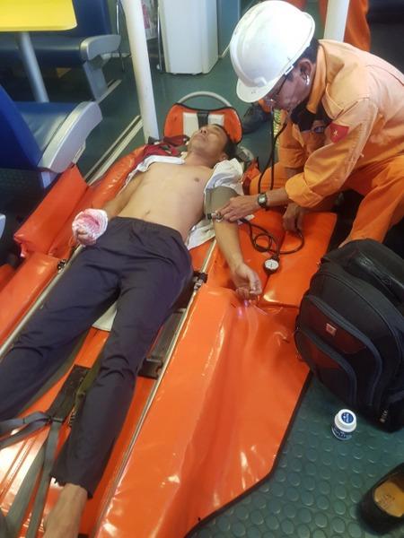 Cấp cứu kịp thời ngư dân bị tai nạn trên vùng biển Hoàng Sa