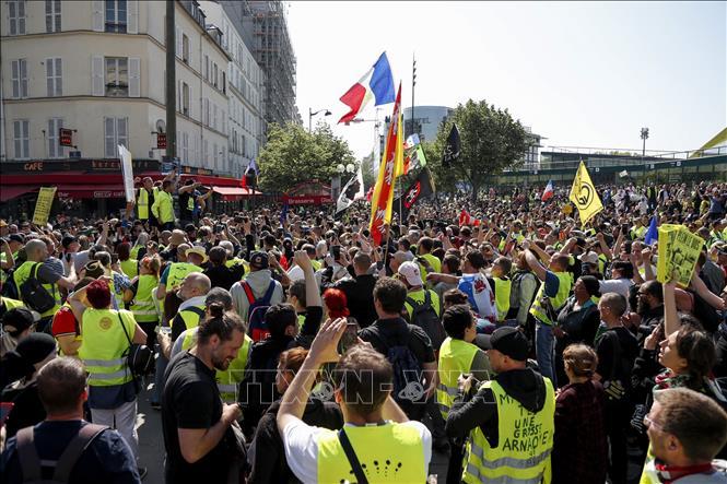 """Pháp: Làn sóng biểu tình """"Áo vàng"""" tiếp diễn sau khi Tổng thống tuyên bố cắt giảm thuế"""