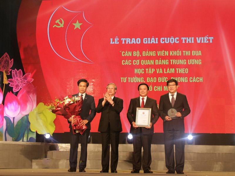 Trao giải cuộc thi viết  về cán bộ, đảng viên học tập và làm theo tư tưởng, đạo đức, phong cách Hồ Chí Minh